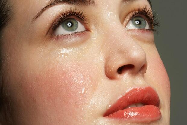 Mồ hôi mặt ra nhiều do vùng da mặt là nơi tập trung nhiều tuyến mồ hôi